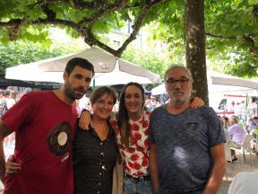 ae75d0e1-8911-Familia en fiestas en Azkoitia
